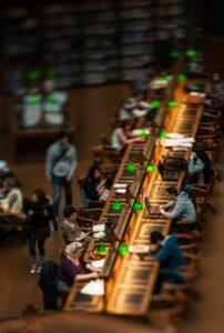Phot d'une bibliothèque universitaire avec des étudiants qui travaillent