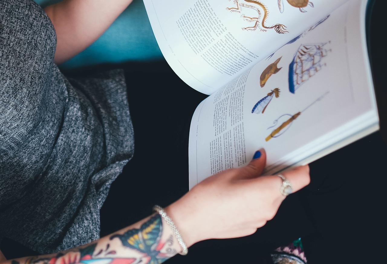 Phot d'une femme qui consulte un livre