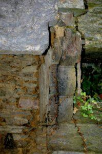 La cheminée avec corbelets de schiste posé en délit