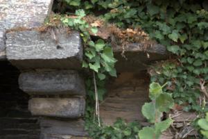 La cheminée avec corbelets de schiste à ressauts