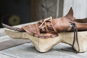 """La chaussure dite """"Poulaine"""" avec sa semelle de protection en bois"""